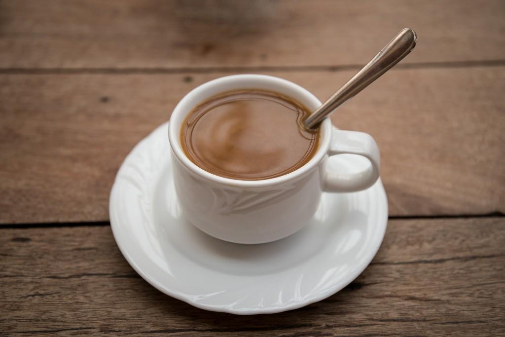 Eine Tasse Kaffee frisch gemahlen