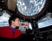 Astronautin trinkt Kaffee