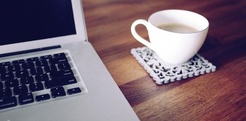 eine Tasse Kaffee zur Arbeit