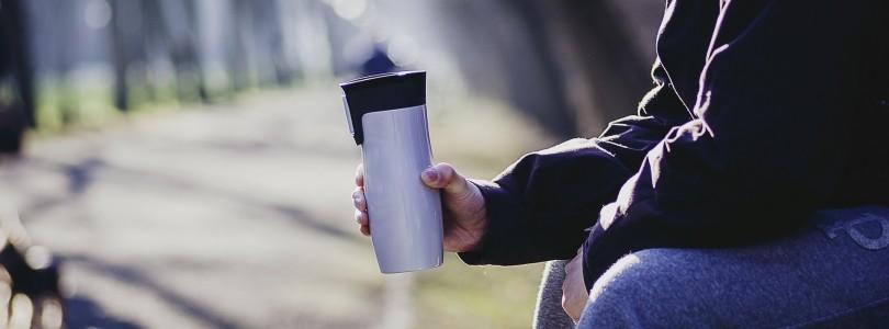 Kaffee kochen und im Park trinken